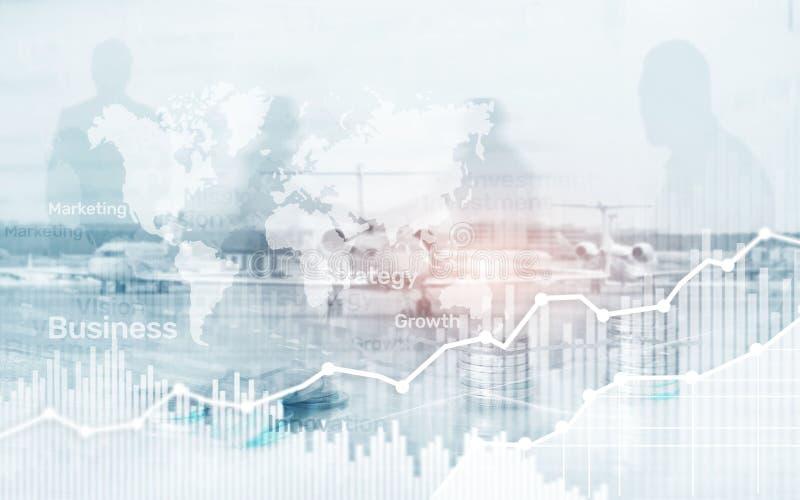 Mapa mundial en fondo del negocio, monedas y gráfico de la exposición doble de la calculadora, carta y diagrama abstractos imagenes de archivo