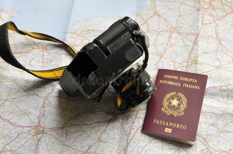 Mapa, passaporte e câmera fotografia de stock