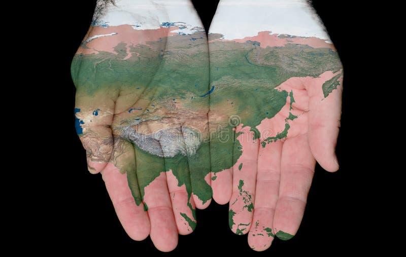 Mapa pintado de Ásia em nossas mãos imagem de stock royalty free
