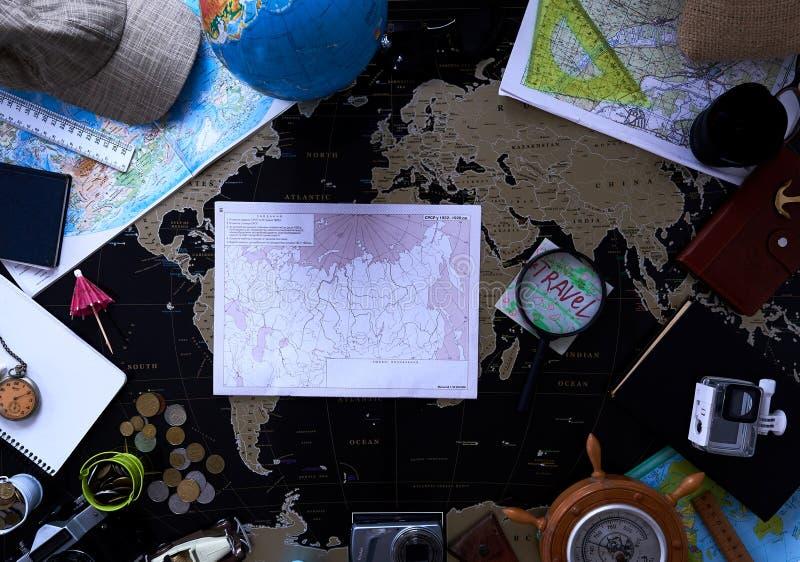 Mapa pol?tico negro del mundo Todav?a vida de un viajero fotografía de archivo libre de regalías