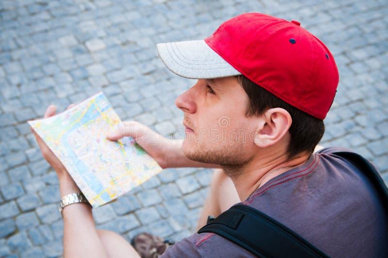 mapa przyglądający turyści zdjęcie royalty free