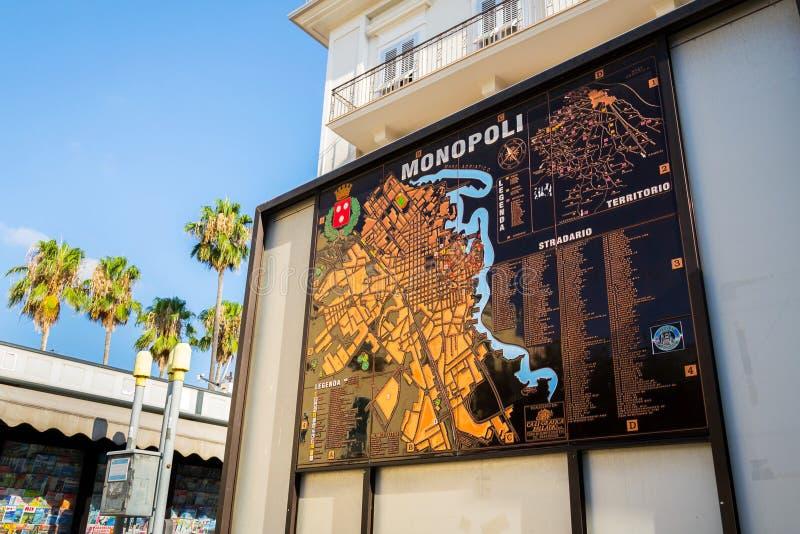 Mapa stary miasteczko na pogodnej ulicie Monopoli, Włochy fotografia stock