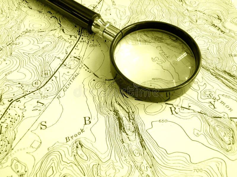 Mapa topográfico com magnifier fotos de stock royalty free