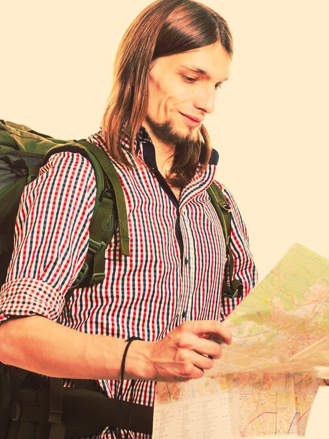 Mapa turístico de la lectura del backpacker del hombre Mujer joven en la playa de la isla de Formentera imagen de archivo