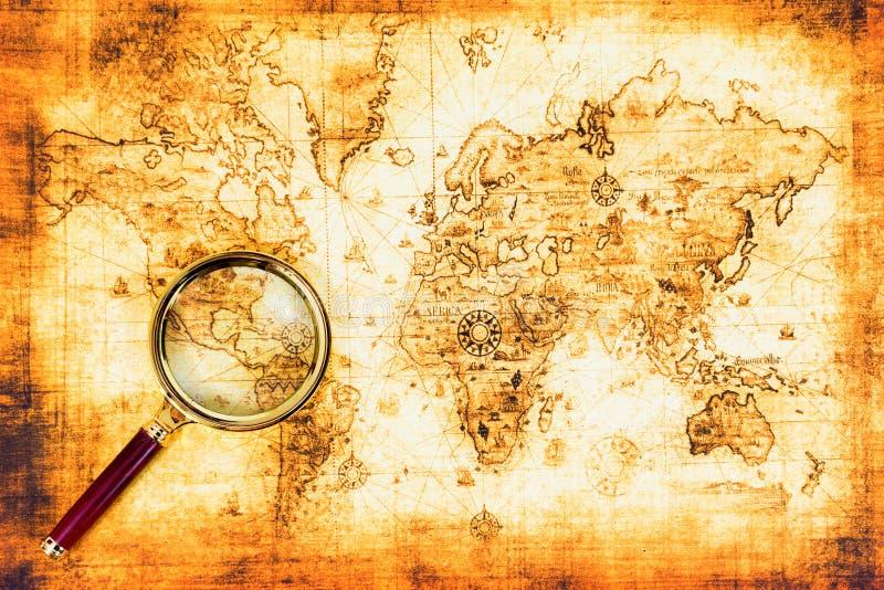 Mapa viejo con una lupa imágenes de archivo libres de regalías