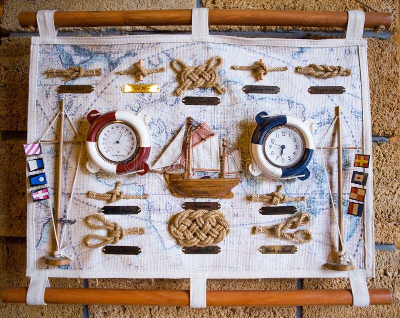 Mapa y accesorios del vintage para la caza del tesoro y el viaje Carta del mar del vintage en lona fotos de archivo libres de regalías