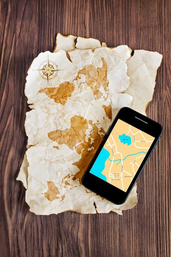Mapa y smartphone viejos fotografía de archivo