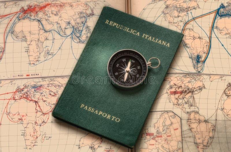 Mapas y pasaporte para el viaje y la aventura en el mundo stock de ilustración