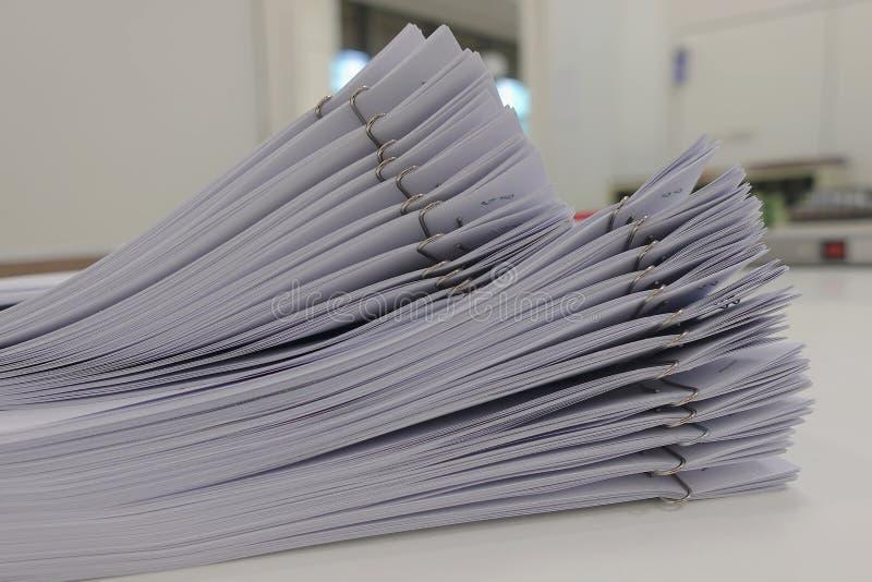 Mapp av papper för affärsrapport på kontorsskrivbordet, för konferens arkivfoton