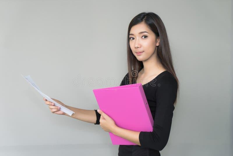 Mapp för affär för ståendeaffärskvinna hållande i händer arkivfoto