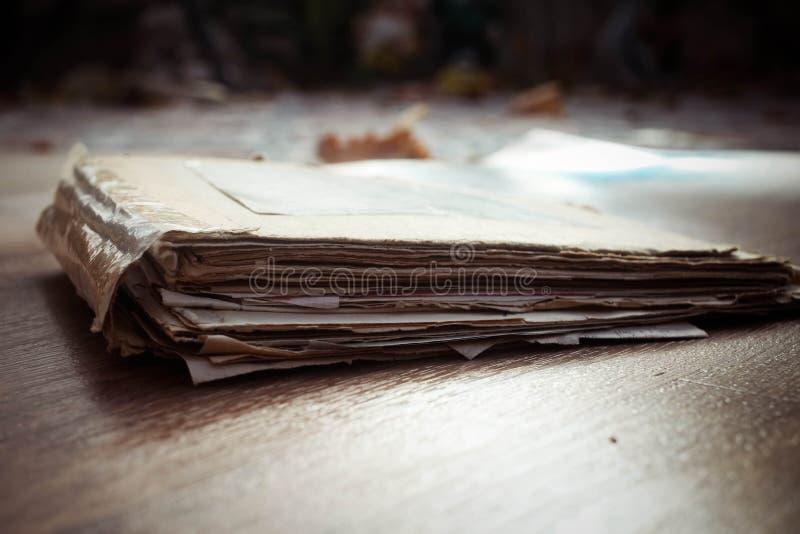 mapp med bunten av gammal legitimationshandlingar arkivfoto
