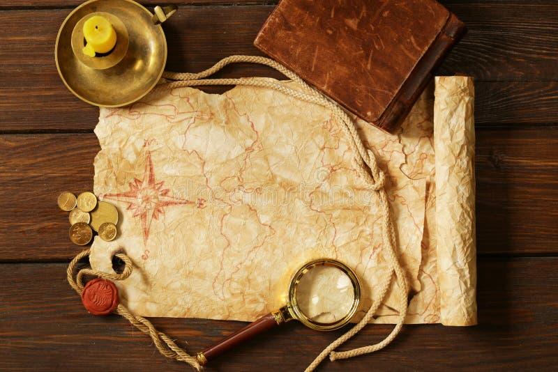 Mappa d'annata ed accessori per la caccia di tesoro fotografia stock