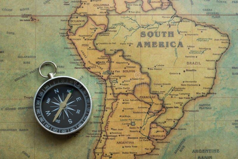 Mappa d'annata Sudamerica e compas, primo piano fotografie stock