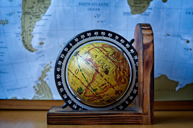 Mappa dell'Africa su un globo antico con la mappa di mondo nei precedenti immagine stock libera da diritti