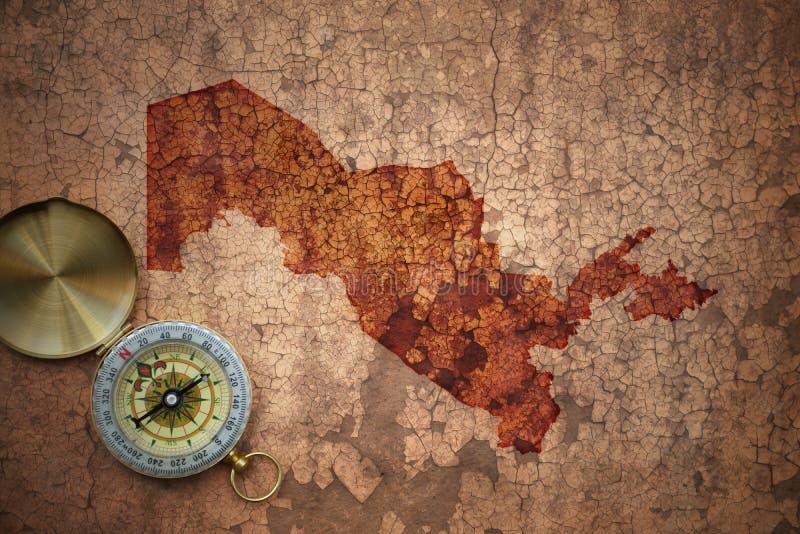 Mappa dell'Uzbekistan su una vecchia carta d'annata della crepa fotografia stock
