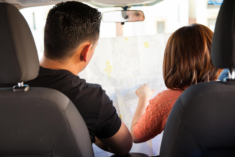 Mappa della lettura delle coppie su un'automobile immagini stock
