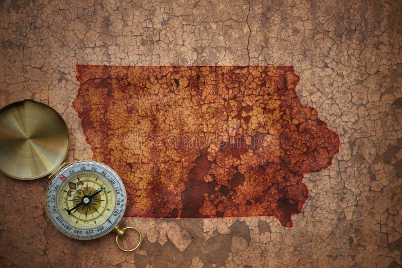 Mappa dello stato dello Iowa su una vecchia carta d'annata della crepa immagini stock