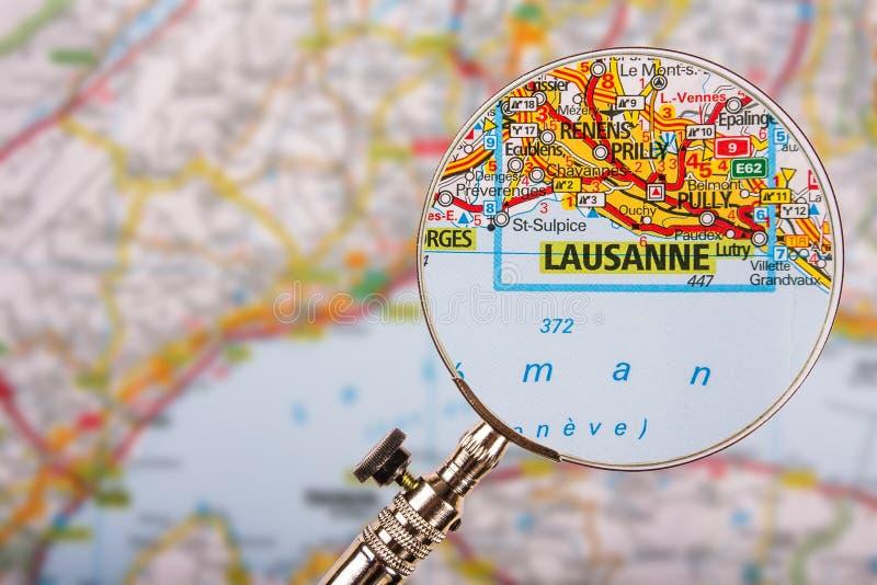 Mappa di Losanna con la lente d'ingrandimento sulla tavola immagini stock