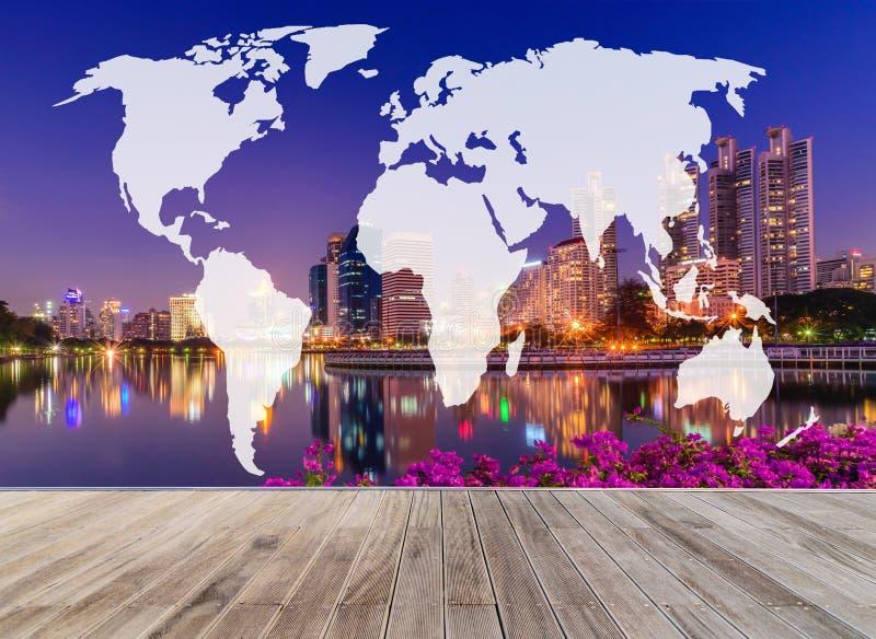 Mappa di mondo di doppia esposizione con il passaggio pedonale e l'orizzonte di legno Bangko immagine stock