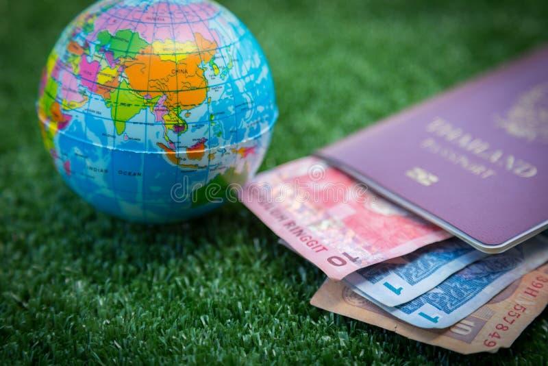 Mappa di mondo e passaporto e soldi immagini stock libere da diritti