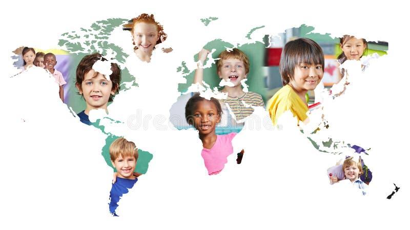 Mappa di mondo multiculturale con molti bambini differenti fotografia stock libera da diritti