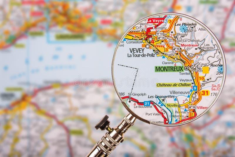 Mappa di Montreux con la lente d'ingrandimento sulla tavola fotografia stock libera da diritti
