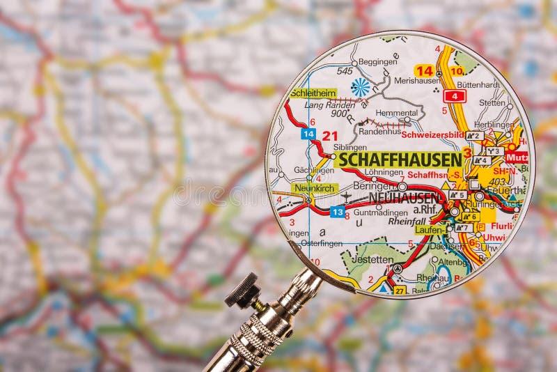 Mappa di Sciaffusa con la lente d'ingrandimento sulla tavola fotografia stock libera da diritti