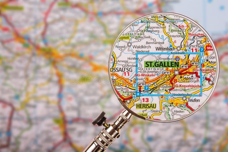 Mappa di St Gallen con la lente d'ingrandimento sulla tavola immagini stock libere da diritti
