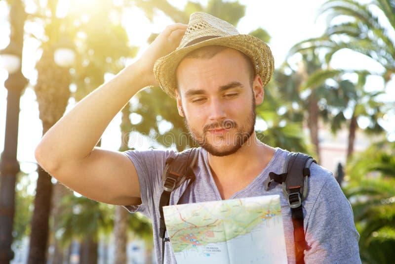 Mappa di viaggio della lettura dell'uomo immagini stock libere da diritti