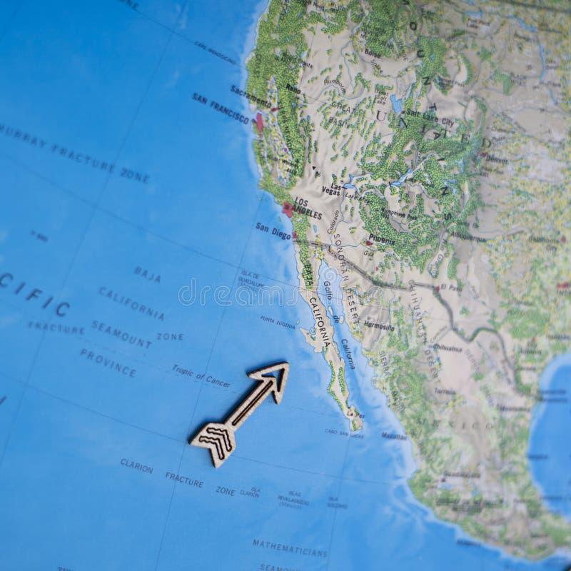 Mappa variopinta di viaggio di Nord America U.S.A. di divertimento con la freccia di legno che indica California fotografia stock