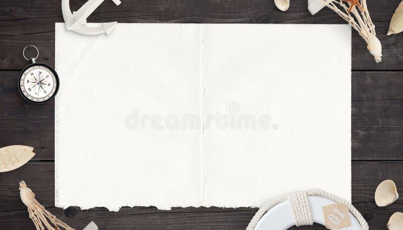 Mappa vuota e pulita, vecchia carta sulla tavola di legno circondata dalla bussola e cose del mare fotografie stock libere da diritti