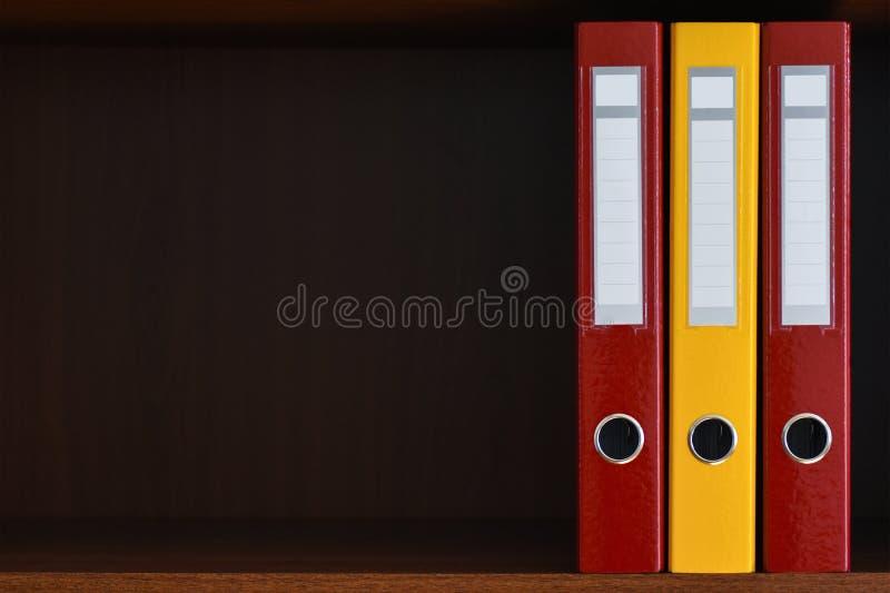 Mappar för dokument i garderoben på hyllan i kontoret, mappar, kopieringsutrymme, bakgrund, närbild, kontorstillförsel fotografering för bildbyråer