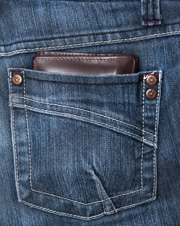 Mappe in der rückseitigen Tasche einer demin kurzen Hose lizenzfreie stockbilder