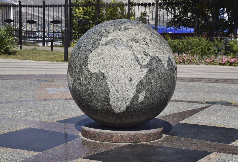 Mappe incise ciotola del granito del mondo Il simbolo di pace e fotografia stock