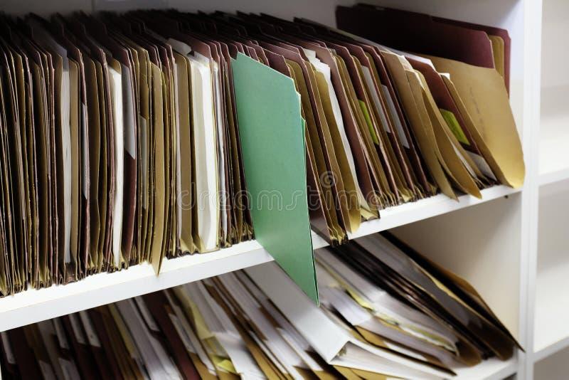 Mappen Grön fil med andra filer för organisation och administration av företag arkivfoto