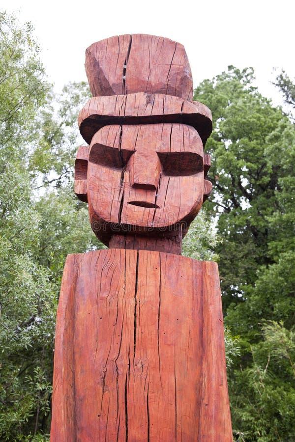 Mapuchean totemframsida på Temuco. arkivbild