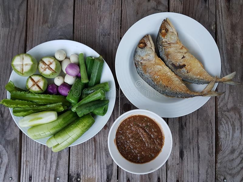 maquereau de poissons avec la pâte et les légumes de piment photos stock