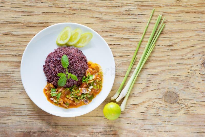 Maquereau de salade en sauce tomate avec du riz cuit de jasmin photo stock