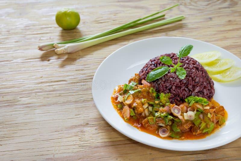 Maquereau de salade en sauce tomate avec du riz cuit de jasmin photo libre de droits