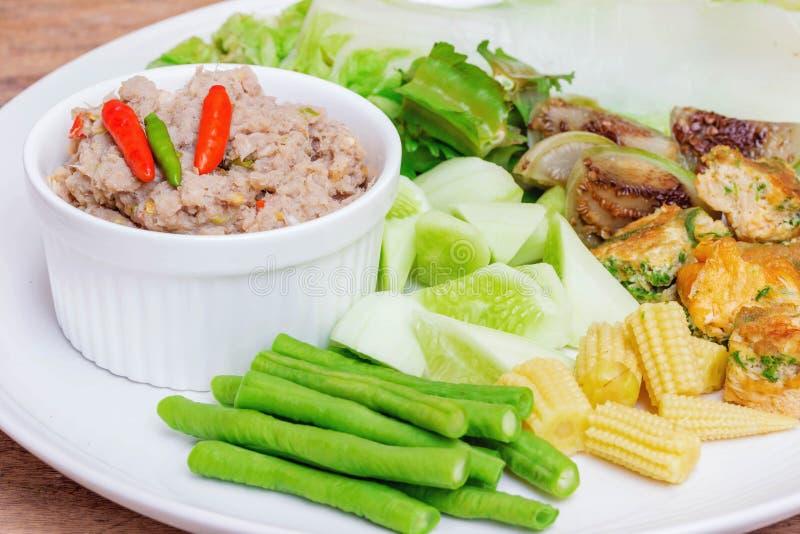 Maquereau frit avec de la sauce à pâte de crevette avec les légumes bouillis image libre de droits