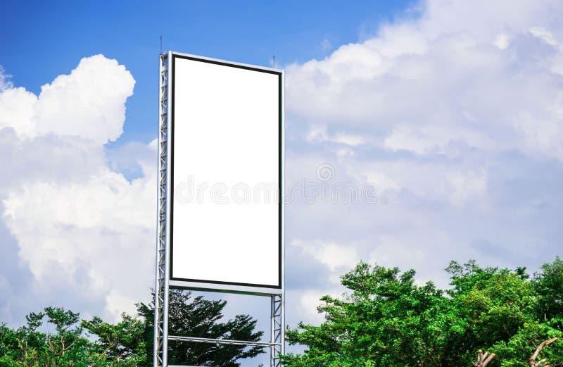 Maqueta blanca de la lona del espacio en blanco de la cartelera para el cartel de la publicidad al aire libre o cartelera en blan fotos de archivo libres de regalías