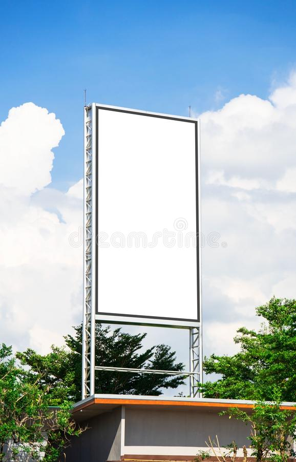 Maqueta blanca de la lona del espacio en blanco de la cartelera para el cartel de la publicidad al aire libre o cartelera en blan foto de archivo libre de regalías