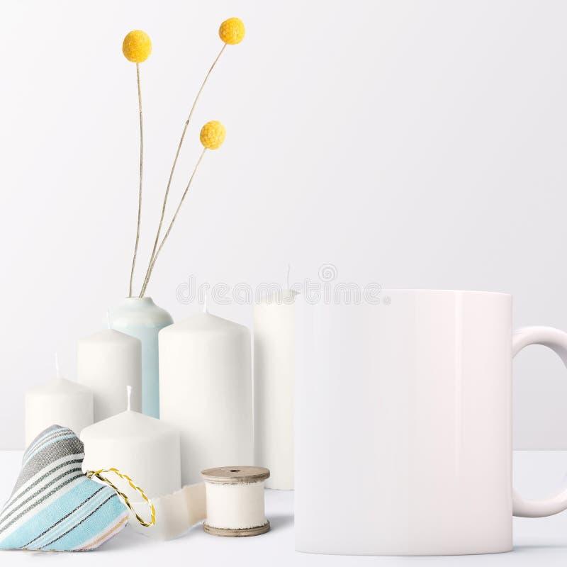 Maqueta blanca de la taza - estilo femenino imágenes de archivo libres de regalías