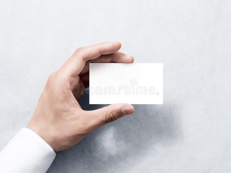 Maqueta blanca del diseño de la tarjeta de visita del llano del espacio en blanco del control de la mano fotos de archivo