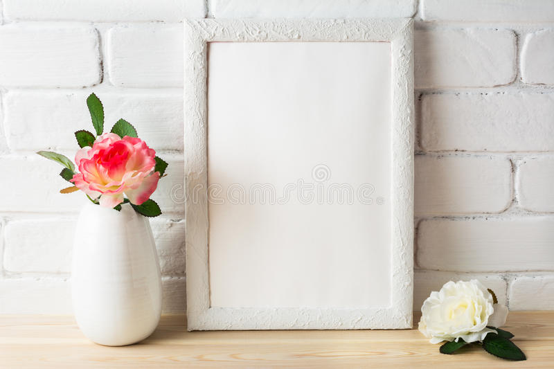 Maqueta blanca del marco con las rosas rosadas y blancas imágenes de archivo libres de regalías