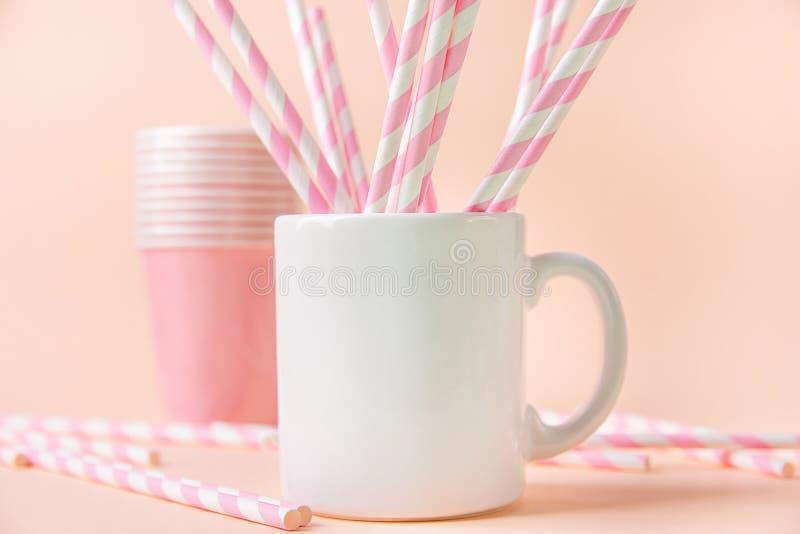 Maqueta blanca en blanco de la taza en fondo ligero de la turquesa Espacio de la plantilla para las letras creativas de las ilust fotos de archivo