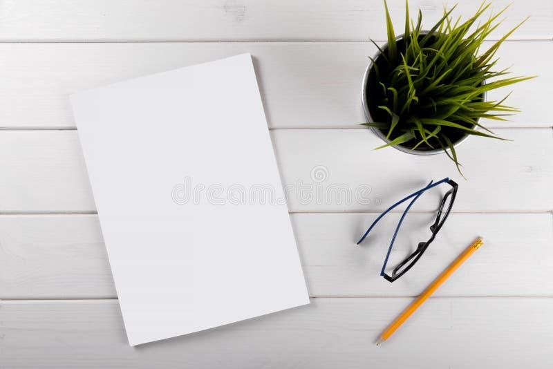 Maqueta con la portada de revista en blanco en la tabla de madera foto de archivo libre de regalías