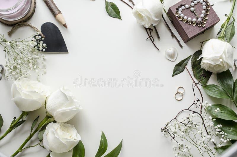 Maqueta creativa de accesorios y de flores en la tabla fotografía de archivo libre de regalías