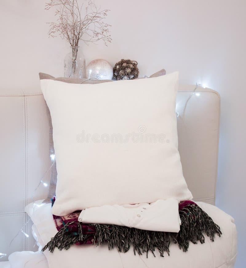 Maqueta de la caja de la almohada Almohada blanca en cama en dormitorio acogedor foto de archivo