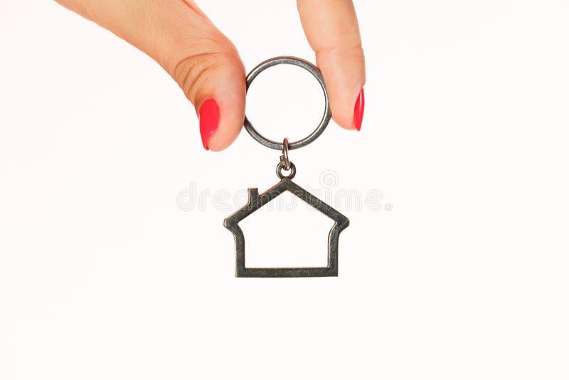Maqueta de la casa entre el hombre y las manos de la mujer foto de archivo